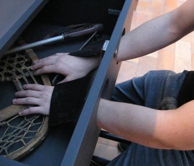 un parcours à travers l'exposition avec des gants