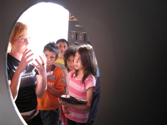 Un étudiant travailler aide un groupe dans le musée