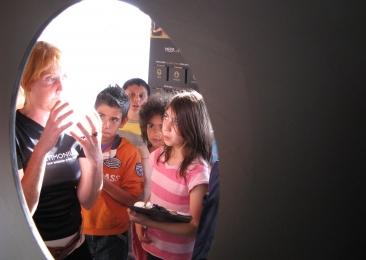 Een jobstudente assisteert een groep in het museum